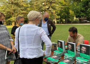 gratitudine: di montigny autografa il libro ad ATENALUX
